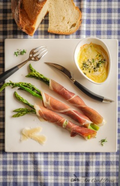 Asparagus wrapped in ham with baked goat cheese - finished dish